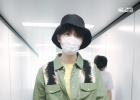 王俊凱軍綠色連體褲現身機場 單手插兜又酷又颯!