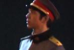 6月8日,网上曝光了一则李现拍摄新剧《人生若如初见》路透视频。视频中,李现剪了寸头短发,身穿民国军装,身材挺拔帅气。看到搭档肩章掉落,细心的李现还为他整理肩章。