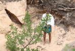 当地时间6月7日,犹他州,贾斯汀·比伯和爱妻海莉·比伯外出享受露营之旅。当天,比伯穿着自创品牌的帽衫卫衣搭酒红色短裤,戴着黄色棒球帽;海莉一身浅灰色的运动装,大秀腹肌和性感身材。