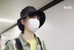 6月8日,南京,王俊凯结束综艺收官录制,现身机场返京。当天,王俊凯一身军绿色连体裤,内搭鹅黄色T恤;上衣椰树叶造型刺绣图案,洋溢着度假风,头戴黑色渔夫帽,口罩遮面。
