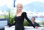随着戛纳2020入围片单的发布,许多影迷沉寂半年的电影热情正在被唤醒。2017年是戛纳电影节第70周年,这一年妮可·基德曼刚满50周岁。作为最会穿衣的女星,她从来没有在红毯上失误过,无论是化身吉普赛女郎、还是变身宫廷贵妇,她都演绎得完美绝伦。