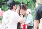 6月8日,網上曝光了一組黃子韜錄制《創造營2020》的上班路透照。照片中,黃子韜身穿白色T恤,外搭黑色背心。