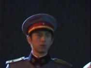 李现新剧路透穿民国军装挺拔帅气 为搭档整理肩章