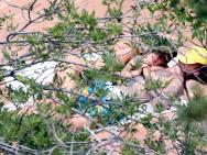 比伯和爱妻海莉享受露营之旅 亲密依偎晒日光浴