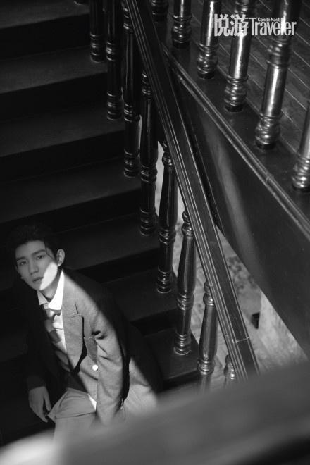 欧博会员开户:王源复古小辫造型登封 潮酷少年穿行重庆大街小巷 第2张