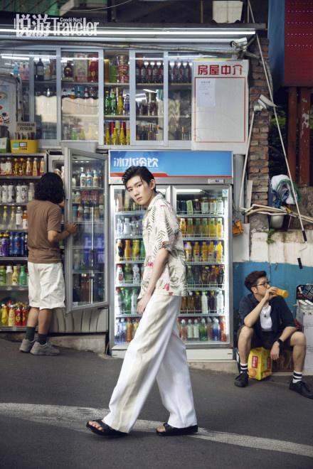 欧博会员开户:王源复古小辫造型登封 潮酷少年穿行重庆大街小巷 第3张
