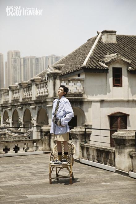 欧博会员开户:王源复古小辫造型登封 潮酷少年穿行重庆大街小巷 第4张