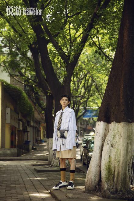 欧博会员开户:王源复古小辫造型登封 潮酷少年穿行重庆大街小巷 第5张
