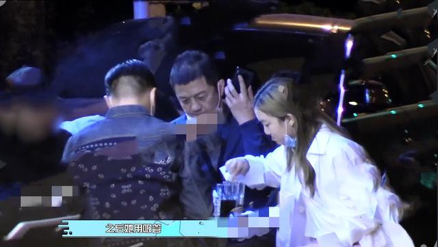 bg大游集团:李亚鹏深夜带女儿吃路边摊 李嫣喝饮料姿势豪爽 第2张