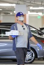 小李子和女友出街戴手套防护 单手端披萨姿势专业