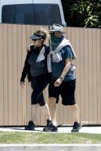 汤姆·汉克斯康复后近况!与妻子搂肩散步恩爱满分