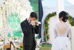 """在最新一期《婚前21天》中吴尊和妻子林丽吟举行婚礼。6月9日,吴尊通过微博晒出婚礼现场照,并发长文回顾和太太一路走来的点滴:""""爱和家庭对我太重要了,她让我生命拥有动力,也让我有勇气去追求我们一家的梦想! 也因为拥有这种幸福,让我对生活更乐观更知足! """""""