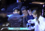 6月8日晚,有媒体拍到李亚鹏带着女儿李嫣现身路边摊和好友相聚。当晚,李亚鹏身穿蓝色衬衫,李嫣则穿着宽松的白衬衫搭配休闲裤。李嫣举杯喝可乐的姿势十分豪爽,边吃边和长辈聊天,笑容满面,看起来心情不错。  