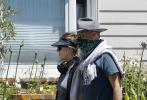 當地時間6月7日,美國洛杉磯,湯姆·漢克斯和妻子麗塔·威爾遜外出散步。當天,夫妻兩人身穿休閑運動裝,漢克斯頭戴牛仔帽,綠色三角巾遮面,帥氣依舊。夫妻兩人在街區散步,看起來狀態不錯。漢克斯摟著妻子麗塔的肩膀,恩愛滿分。