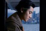 """近日,張艾嘉與兒子王令塵共同登上中國香港版《Vogue》并拍攝了一組時尚大片。66歲的張艾嘉身著裸色長裙配上干練短發,依舊優雅迷人。身邊的兒子側顏出鏡,輪廓十分出眾,有網友稱其神似""""彭于晏與張孝全的合體""""。"""