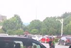 6月9日,有網友分享了一段李易峰下班的路透視頻。視頻中,李易峰頭頂黑色漁夫帽,口罩遮面,穿著熒光綠色的外套,搭黑色短褲,腳踩拖鞋走下保姆車。