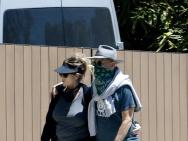 汤姆·汉克斯夫妇近况!与妻子搂肩散步恩爱满分