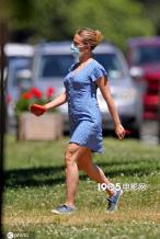 圆润的黑寡妇!斯嘉丽·约翰逊穿清新碎花裙洗爱车