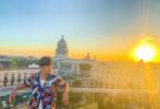 6月11日,周杰伦通过个人社交账号分享了一组古巴之旅的照片,同时预告新歌MV和《周游记》上线时间。照片中,周董和一群好友漫步在古巴街头,花衬衫搭浅色长裤,打扮极具地域风情,周董还手持乐器加入到当地艺人的街头表演中,玩的十分尽兴。