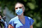 """当地时间6月9日,美国,""""寡姐""""斯嘉丽·约翰逊身穿蓝色碎花连衣裙 戴着墨镜和口罩现身街头,清洗自己的爱车,手持水枪的她超接地气。受到疫情影响许久未现身的寡姐似乎圆润了不少,露出的四肢肉感十足,不过依旧性感。"""