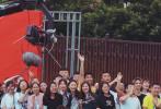 """6月12日,网曝最新一期《奔跑吧》路透照。蔡徐坤与《偶像练习生》Rap导师王嘉尔同框引大厂回忆杀。路透中,蔡徐坤和沙溢在操场骑着小摩托,坤坤双手Back Hug""""沙子爹"""",画风可爱。"""