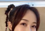6月12日中午《乘風破浪的姐姐》開播,有網友發現藍盈瑩的手機殼居然印著李現的表情包,雖然只露出了半張臉,但是李現標志性的狗狗眼,還是被大家從指縫中一眼認出。