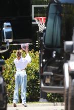 夫唱妇随!比伯夫妇结束浪漫房车之旅 打篮球健身