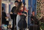6月15日是歐陽娜娜的20歲生日。14日晚,歐陽娜娜以直播音樂會的方式與粉絲一起慶生。當晚,娜娜身穿紅色波點娃娃衫搭配休閑牛仔褲,懷抱吉他、大提琴彈唱,才氣滿滿,長發披肩的她盡顯清新淑女范兒。音樂會現場還布置了花墻,氣氛浪漫溫馨。