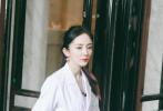 6月15日,网上曝光了多组杨幂、邓伦、黄明昊录制最新一期《密室大逃脱》的路透照,此次全员解锁医生造型,又是一波全鲨!