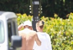 当地时间6月14日,加州,结束浪漫房车旅行的小两口贾斯汀·比伯和海莉·比伯现身街头。