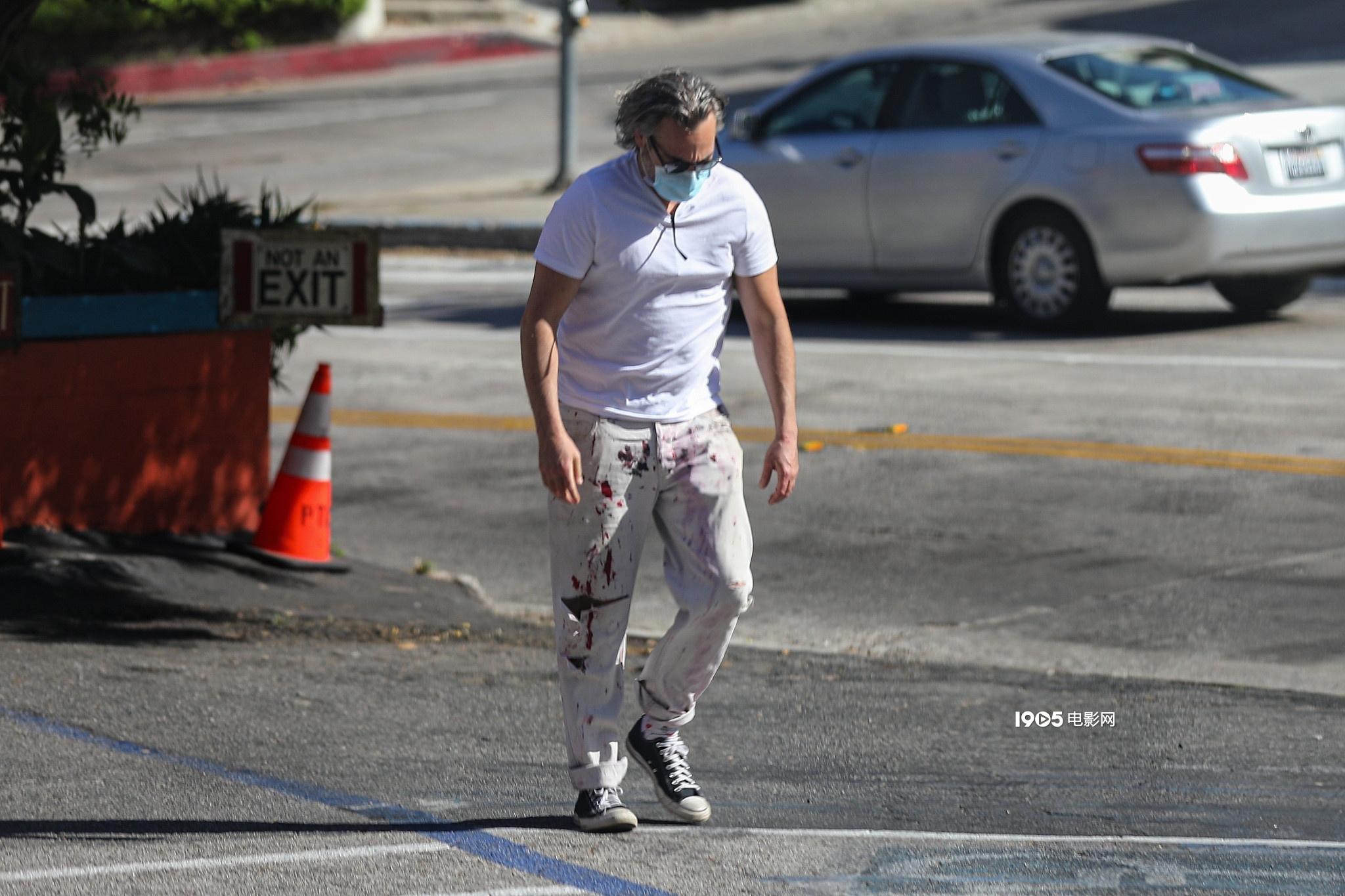 "allbet官网娱乐平台开户:华金·菲尼克斯穿""脏脏裤""出街 头发灰白身体壮硕"