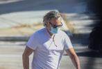 """當地時間6月14日,美國西好萊塢,""""小丑""""華金·菲尼克斯出街購物。當天,一頭灰白長發的華金身穿白色T恤,勾勒出壯碩的身材,下身搭破洞""""臟臟褲"""",潮酷十足地現身街頭。烈日下,華金戴著口罩和墨鏡,做足防護和防曬,低頭疾步前行。"""