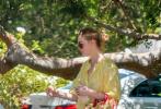 当地时间6月15日,斯蒂迪奥城,范宁姐妹现身街头前去参加好友的庆生派对。当天,姐姐达科塔·范宁长发披肩穿着白色T恤搭波点阔腿长裤,背着撞色ONTHEGO手袋,造型简约干练;妹妹艾丽·范宁身穿宽松的亮黄色连衣裙,长发挽起,挎着碎花图案手袋,甜美可人。