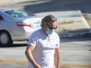 """華金·菲尼克斯穿""""臟臟褲""""出街 頭發灰白身材壯碩"""