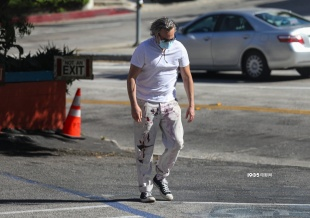 """华金·菲尼克斯穿""""脏脏裤""""出街 头发灰白身材壮硕"""