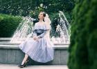 劉詩詩穿一字肩格紋裙漫步花園 優雅大氣溫婉可人