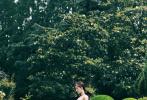 """6月19日,刘诗诗工作室分享了一组刘诗诗的美照,并发文表示:""""精致婉约,邂逅法式浪漫柔情。穿过仲夏清风,勾勒如诗画卷。"""""""