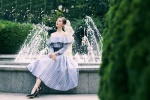刘诗诗穿一字肩格纹裙漫步花园 优雅大气温婉可人