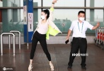 """近日,钟丽缇和老公张伦硕现身上海机场,她身穿白色西装搭配黑色紧身裤,干练利落又不失性感。在机场听到有一位工作人员播放《无价之姐》后,钟丽缇立刻现场向大叔安利""""姐姐舞"""",几番尝试后,大叔也按奈不住跟着舞动了起来。"""