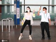 上头!钟丽缇现身机场 教大叔跳《无价之姐》