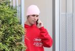 当地时间6月22日,美国洛杉矶,贾斯汀·比伯被曝性侵粉丝后首次亮相街头。当天,比伯穿着红色帽衫卫衣搭黑色短裤,头戴粉色毛线帽,装扮时尚潮气十足。比伯低头前行,打电话神情严肃。