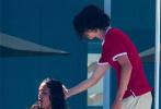 """据外媒6月24日报道,""""甜茶""""提莫西·查拉梅和30岁演员艾莎·冈萨雷斯在墨西哥度假被拍,两人当众接吻,恋情正式曝光。当天甜茶还给新女友弹吉他,上演摸头杀,甜蜜互动十分有爱!不过双方目前都未曾做出回应。"""