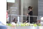 """当地时间6月22日,美国洛杉矶,""""星爵""""克里斯·帕拉特的爱妻凯瑟琳·施瓦辛格身穿宽松的黑色连衣裙出街。当天她挽起长发,戴着口罩,脚踩平底凉鞋,驾豪车外出散心,高耸的孕肚准妈范儿十足。"""