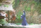 """6月26日,一組李易峰《鏡·雙城》拍攝路透曝光。照片中,李易峰飾演的蘇摹身穿黑色長衫,側身低眉絕美,貴氣十足,引粉絲大呼""""鏡雙城搞快點""""。"""