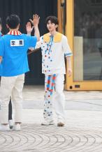 又奶又酷!《奔跑吧》曝路透 蔡徐坤穿童风套装