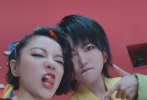 6月28日,丁當曬出與《艾瑞巴蒂》小組成員的合影。丁當更是和張雨綺、劉蕓、吳昕、許飛單獨合影,做出搞怪的表情。不過開了大眼濾鏡的照片,令網友差點沒有認出許飛。