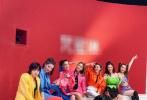 6月28日,丁当晒出与《艾瑞巴蒂》小组成员的合影。丁当更是和张雨绮、刘芸、吴昕、许飞单独合影,做出搞怪的表情。不过开了大眼滤镜的照片,令网友差点没有认出许飞。