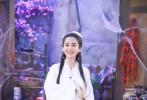 近日,Angelababy杨颖在某节目中还原小龙女造型,她身穿一袭白衣,长发飘飘,整个人看上去仙气十足。