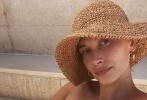 6月28日,贾斯汀·比伯的爱妻海莉·比伯通过个人社交账号晒出一组与老公出游时拍摄公路照。照片中,海莉衣着清凉,尽显热辣身材,比伯多以休闲装出镜。两人在户外甜蜜搂腰拥吻,大方秀恩爱。