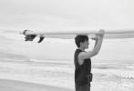 """6月28日,黄轩为《时尚健康》拍摄的20周年刊封面大片发布,""""乘风破浪的哥哥""""性感来袭,尽显肉体诱惑!这组在海边拍摄的大片,黄轩半裸上身出镜,小麦肤色搭配紧实的肌肉线条,海水打湿了微卷的头发,文艺型男的夏日限定!"""